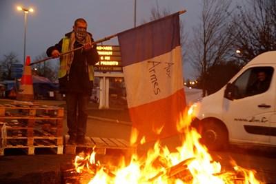 Протестиращ изгаря френския флаг на магистралата от Париж към Брюксел Снимка: Ройтерс
