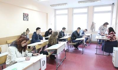 Абитуриентите подават заявления за допускане до матури. СНИМКА: Николай Литов