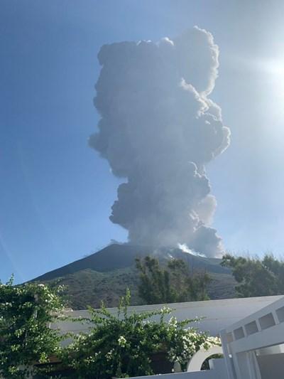 Изригването на вулкана предизвика паника. СНИМКА: РОЙТЕРС