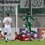 """Джоди Лукоки (в зелено) вкарва гола, който направи разликата между """"Лудогорец"""" и """"Ференцварош"""" през първото полувреме."""