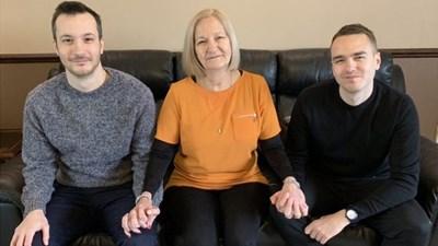 Сали Чалън със  синовете си  Дейвид и Джеймс,  които я спасяват  от затвора