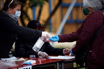 Повечето гласове на проведения вчера в Чили референдум подкрепят промяната на основния закон, приет по времето на диктатурата на генерал Аугусто Пиночет СНИМКА: Ройтерс