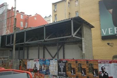 На това място бе сградата, която рухна и уби две момичета.