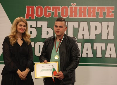 Илияна Захариева връчи отличие на ученика Емрах Стефанов.