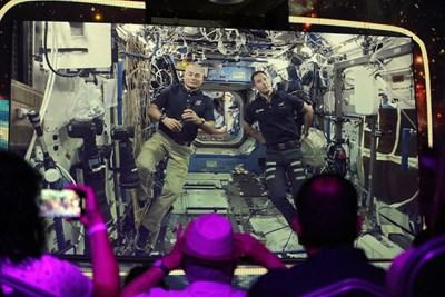 Американският астронавт Марк Ванде Хей (вляво) и френският му колега Тома Песке СНИМКА: Румяна Тонева