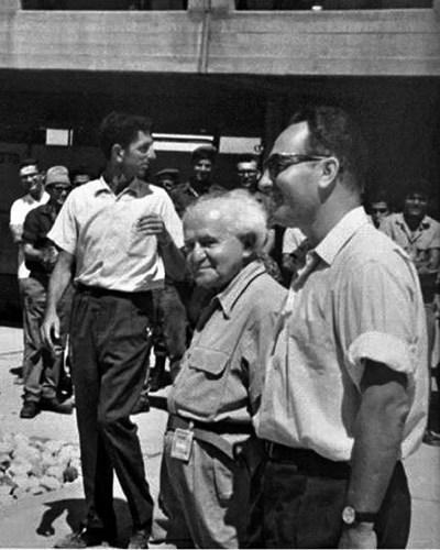 С министър-председателя Давид Бен-Гурион в Димона в края на 50-те години на миналия век. Архив на Шимон Перес