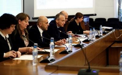 Вицепремиерът Томислав Дончев и министърът на образованието Красимир Вълчев обявиха връщането за 2 години на над 40 000 деца в клас.