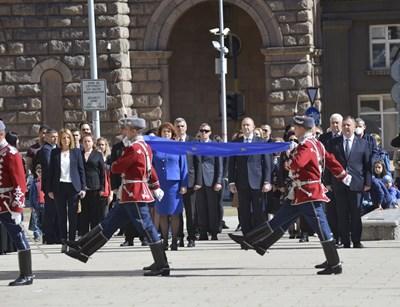 Радев отбеляза Деня на Европа с издигане на европейското знаме пред президентството. Снимки Йордан Симеонов