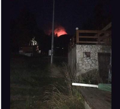 """Рила гори. Пожарът се разраства в няколко посоки. Снимка: фейсбук група """"Самоков 365"""""""