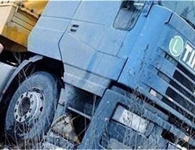 Аварирал камион затруднява движението на пътя. СНИМКА: Архив