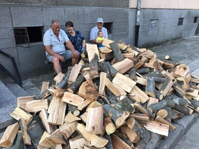 """Семейство от район """"Западен"""" си купи букови дърва по 85 лв. палета и ги пренасяше в неделния ден в избата си СНИМКА: Радко Паунов"""