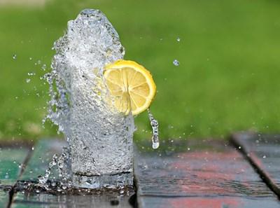 Чаша топла вода с лимон на гладно се смята за чудо при диетите.