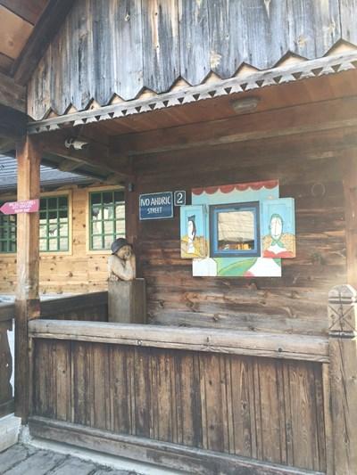 """На ул. """"Иво Андрич"""" в Дървения град фризьорският салон работи всеки ден.  СНИМКИ: АВТОРЪТ"""