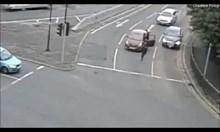 Нападат автомобил спрял на светофар с мачете