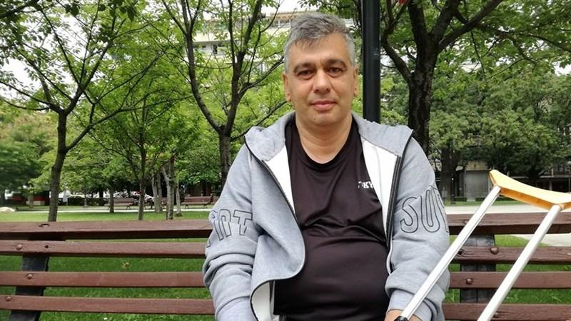 Заради сменена тазобедрена става Емил се придвижва с патерица / Снимки: Борислав РАДОСЛАВОВ
