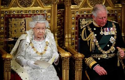Елизабет II седи до сина си принц Чарлз по време на речта си в парламента. СНИМКА: РОЙТЕРС
