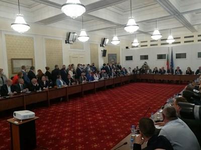 Комисията на Манолова привлича все повече публика заради непрекъснатите циркове, които се разиграват там Снимка: 24 часа