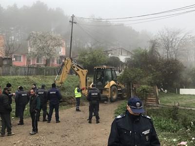 """Под засилена полицейска охрана днес багер навлезе в ромската махала на Стара Загора """"Лозенец"""", за да подготви терена за събарянето на 54 незаконни къщи. СНИМКА: Ваньо Стоилов"""