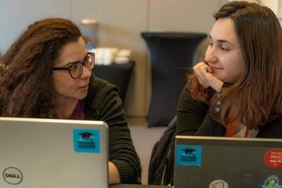 Цветомира Гяурова (вляво) и Мартина Георгиева искат да има място, където да се събират и да учат. СНИМКА: Личен архив