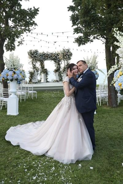 """Младоженците на  цветната  поляна, след като ясно са  казали """"да"""". СНИМКА: Личен архив"""