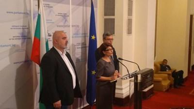 Председателката на парламентарната група на ГЕРБ Десислава Атанасова заедно с депутатите Маноил Манев (в ляво) и Тома Биков. СНИМКА: Митьо Маринов