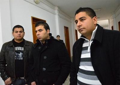 Антон /вдясно/, синът на една от загиналите - Албена Самуилова, е сред близките, които се конституираха като частни обвинители. За да види новородените му близнаци, Албена се върнала от гурбет в Гърция.