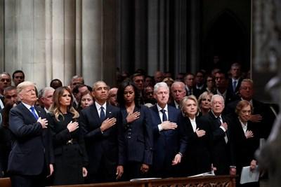 Доналд и Мелания Тръмп, Барак и Мишел Обама, Бил и Хилари Клинтън и Джими и Розалин Картър изпратиха 41-ия президент на САЩ. СНИМКА: РОЙТЕРС