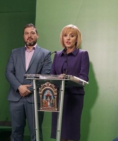 Мая Манолова заедно с председателя на инициативния и? комитет Никола Вапцаров.