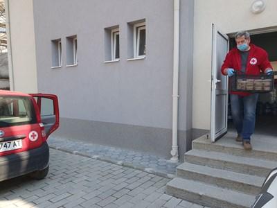 Доброволците разнасят храна на самотни възрастни и трудно подвижни хора в 6-те района на града