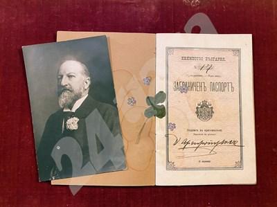 """Това е паспортът на името на Аргиропуло, с който цар Фердинанд пътува инкогнито при частни посещения. В него са запазени хербаризирана четирилистна детелина и няколко незабравки.  СНИМКИ: АРХИВ НА ФОНД """"ЦАР БОРИС И ЦАРИЦА ИОАННА"""" В ДВОРЕЦА """"ВРАНА"""" СНИМКА: 24 часа"""