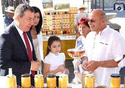 Кметът Николай Димитров е сред редовните посетители на фестивала.