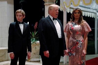 Доналд Тръмп на парти в частния си клуб със съпругата си Мелания и сина си Барон СНИМКИ: РОЙТЕРС