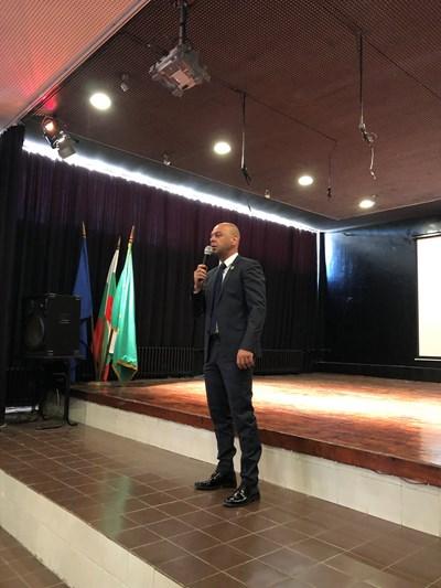 Костадин Димитров приветства учители и ученици.