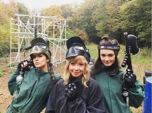 Даяна Ханджиева заедно със София Бобчева и Лорина Камбурова на пейнтбол.