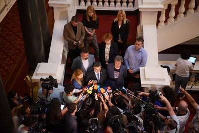Пламен Николов заедно с Тошко Йорданов обявява министрите  Снимка: Велислав Николов