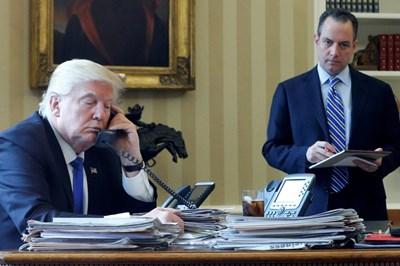 Доналд Тръмп говори с Путин по телефона в Овалния кабинет.