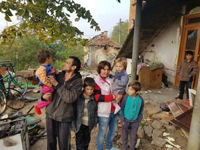Семейството от Кнежа, чиято къща е изгоряла.