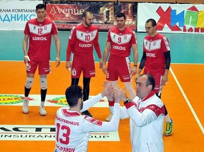 Найден Найденов и Теодор Салпаров се поздравяват преди мач от Суперлигата през миналия сезон. Сега либерото замени временно старши треньора.