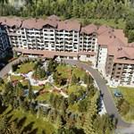 """Гъстите иглолистни гори на Боровец осигуряват среда за живеене, подходяща за всички сезони на годината. Тъкмо сред тях е разположен жилищният комплекс """"Боровец гардънс"""" на ГБС."""