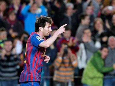 """Лео Меси поздравява съотборниците си, след като е вкарал третия си гол при 4:1 над """"Малага"""". СНИМКА: РОЙТЕРС"""