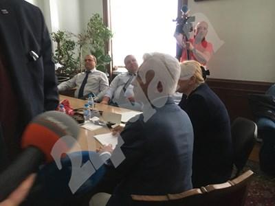 Сбирката на патриотите в стаята на Борис Ячев от ВМРО, председател на парламентарната комисия антикорупция, се разтури за по-малко от 5 минути. Снимки КРИСТИНА КРЪСТЕВА СНИМКА: 24 часа