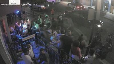 Хора бягат в паника от нападателя в Охайо.