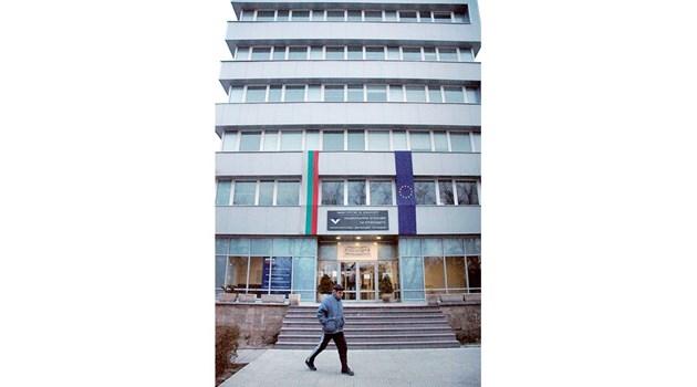 Заловената данъчна шефка в Пловдив поискала 4 хил. лв. подкуп от фирма