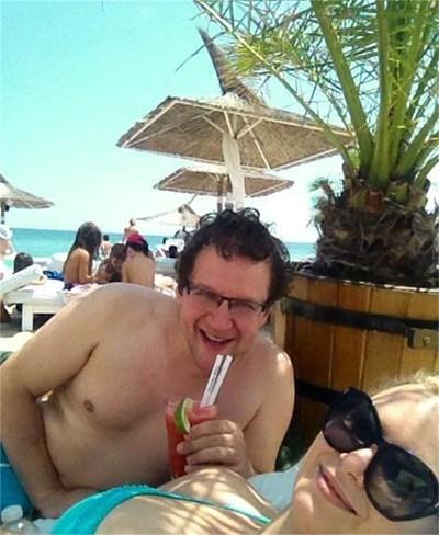 Веско Ешкенази се снима сам на почивката си на морето и пусна кадъра във фейсбук.
