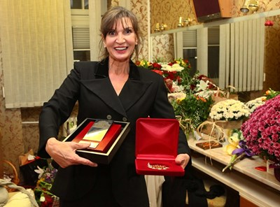 Мария Каварджикова с наградите от Министерството на културата и от Народния театър СНИМКА: Божидар Марков