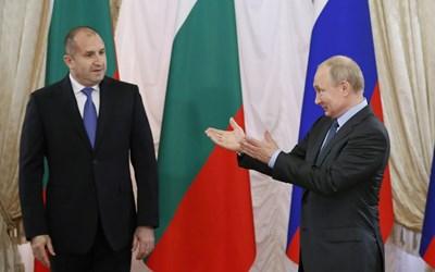 Президентът Путин посреща българския си колега Румен Радев в Санкт Петербург. СНИМКА: РОЙТЕРС