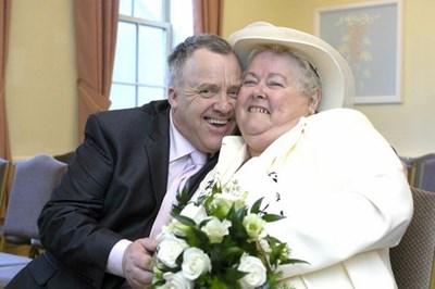 Бренда и Клайв Блъндън са сами на сватбата си, защото близките им роднини са сърдити заради тяхната връзка