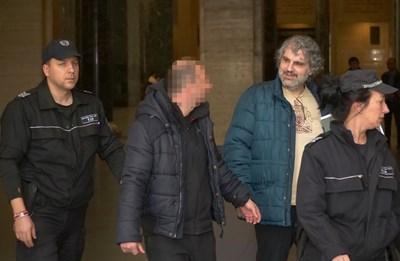 """""""Искат да ме съдят за убийство, без да съм го извършил. Оръжието не е намерено. Твърди се, че ще извърша бъдещо престъпление, но не се сочи коя е бъдещата ми жертва"""", каза Ясен (мъжът със светлата блуза зад полицайката). СНИМКА: Йордан Симеонов"""