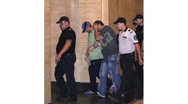 Съдът задържа обвинените за разчленените трупове край Негован (Снимки)