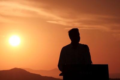 Гръцкият премиер откри сезона на о. Санторини в събота. СНИМКА: РОЙТЕРС